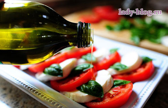 Салат с моцареллой и помидорами - рецепт