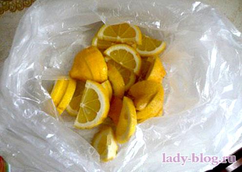 Положить лимон в морозилку