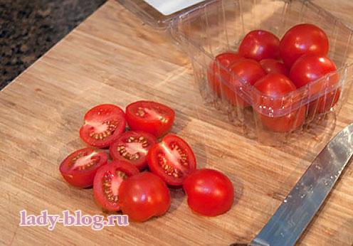 Порезать помидоры для салата с креветками и яйцом