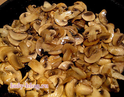 Пожарить грибы для салат с курицей