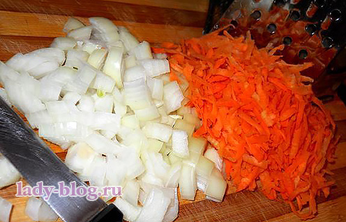 Лук и морковь в суп из щавеля
