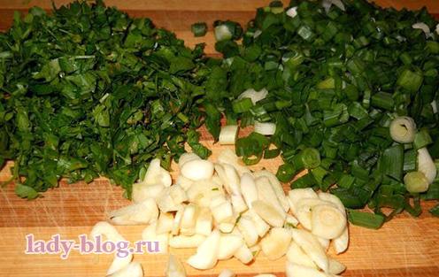 Кладем зелень в суп с щавелем