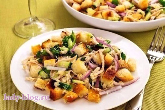 Салат с огурцами и сухариками без маойнеза