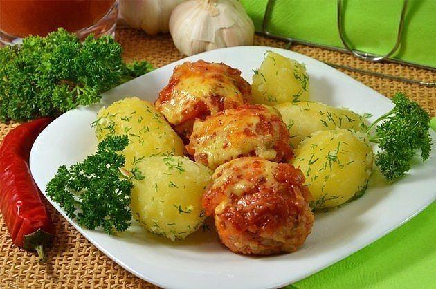 Тефтели из фарша, запеченные в духовке с томатным соусом и сыром
